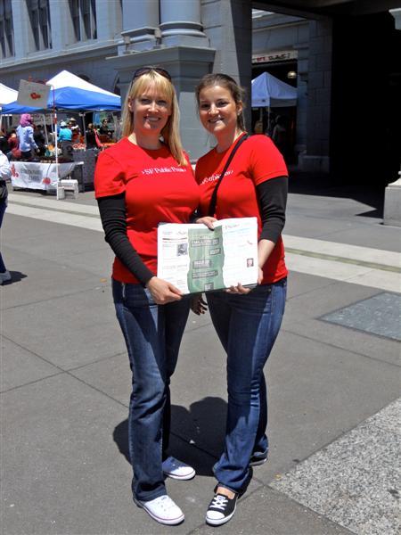 Säätiön stipendiaatit Siri (vas.) ja Zena myymässä San Francisco Public Pressiä Ferry Buildingin edessä.