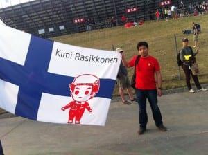 Viikonloppuna kisattiin F1:n Shanghain-gp. Kimi-faneja oli katsomossa ylivoimaisesti eniten. Suomen lippuun kietoutuneet paikalliset olivat niin kiehtovia, että oli pakko mennä juttelemaan. Kivoja tyyppejä! Metrossa eräs tyttö liikuttui liki kyyneliin, kun kuuli, että Kimi on sinkku.