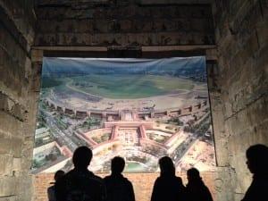 Opiskeluryhmän kanssa ihmettelemässä Tempelhofin lentokentän värikkäitä vaiheita. Berliinin lentokenttähistoria on tutustumisen arvoinen.