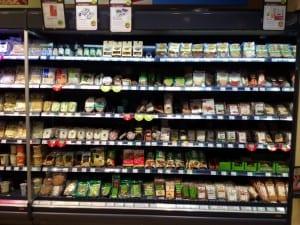 Luomumarketti Denn'sin soija- ja tofutuotteiden valikoimaa