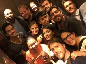 Politiikkaan erikoistuvat Master of Arts -kandidaatit viimeistä kertaa yhdessä Columbia Journalism Schoolin hississä.