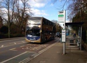 Kohteliaiden ihmisten bussi saapuu pysäkille.
