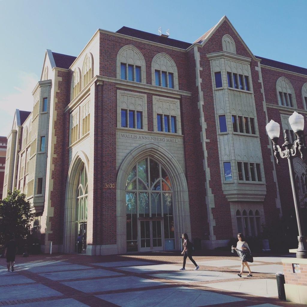 USC:n kaksi vuotta sitten valmistunut Wallis Annenber Hall sulkee sisälleen modernin mediakeskuksen, vaikka muistuttaa ulkoasultaan lähinnä Harry Potterin Tylypahkaa.