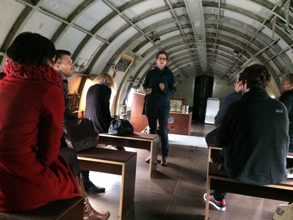 Brittiläisen rahtikoneen Handley Page Hastingsin ruumassa ei ollut tungosta. Liittoutuneet käyttivät rahtikonetta ilmasillassa, kun Neuvostoliittoi saartoi Berliinin länsiosia 1948-1949. Kone seisoo Liittoutuneiden museossa Dahlemissa, jonne vierailu oli osa Europäische Journalisten Fellowship -ohjelman orientaatioviikkoa.