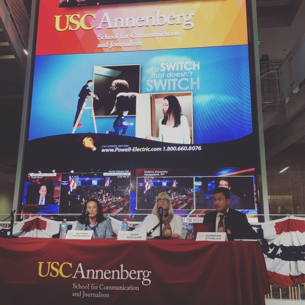 USC Annenberg järjesti jokaisen presidentinvaaliväittelyn aikaan kisakatsomon, jossa ehdokkaiden suorituksia tuijotettiin jättiscreeniltä. Ennen varsinaista h-hetkeä tulevaa ennakoitiin paneelikeskusteluissa. Opiskelijoita houkuteltiin paikalle ilmaisella pizzalla. Liki tuhannen opiskelijan joukossa oli yksi, joka oli uskaltautunut laittamaan päälleen Donald Trumpin paidan.