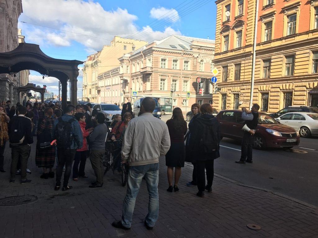 Megafonilla varustautunut palohälyttäjä dokumentoi onnistuneen paloharjoituksen valokuvaamalla, jotta  harjoitusten järjestämisestä on myöhemmin näyttöä myös Venäjän viranomaisille.