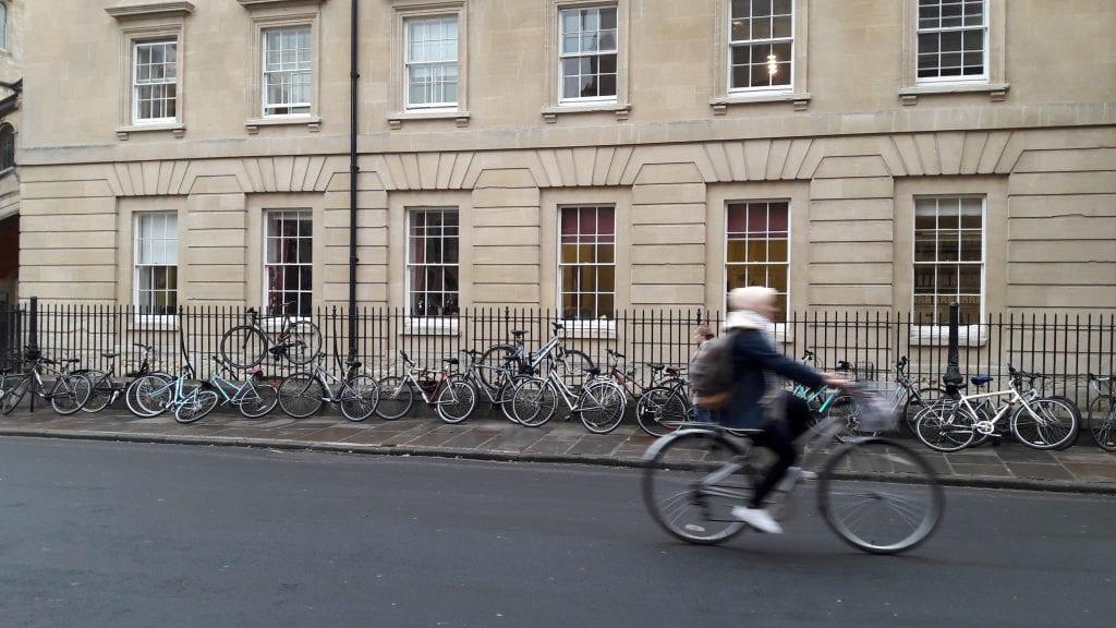 Pyörävarkauksien takia oma kulkupeli kannattaa köyttää kiinni. Sen takia kaikki aidat ja telineet ovat aina täynnä pyöriä.