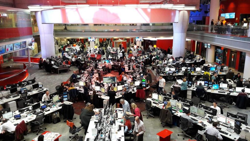 Kävimme tutustumassa BBC:n toimitukseen Lontoossa. Uutisten hermokeskus on valtava halli: samassa tilassa istuvat niin verkosta, televisiosta ja radiosta kuin kuvanhallinnasta vastaavat.
