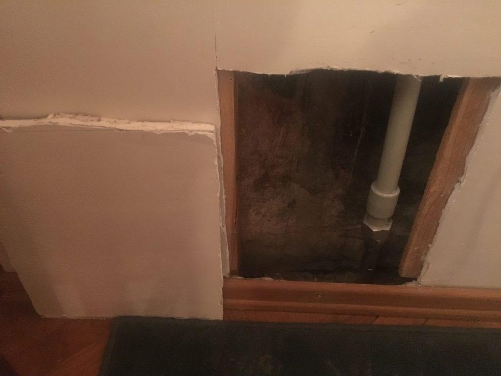 Putkimiehet tekivät lopulta melko siistin ja pienen reiän asuntoni seinään. Vesivuoto johtui yläkerran asunnosta meille tulevan uuden vesiputken (valkea) ja meiltä alakertaan yhä menevän ikivanhan putken liitoskohdan vuotamisesta.