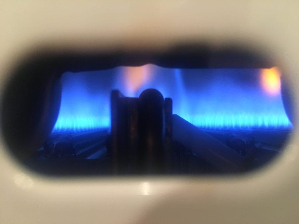 Taloomme ei tule lainkaan lämmintä käyttövettä esim suihkua varten, vaan jokainen asukas lämmittää vetensä itse. Asunnossani on sitä varten kaasuboileri, joka ei ole vesivaraaja, vaan vesi kulkee boilerin läpi ja lämpenee liekillä hetkessä.