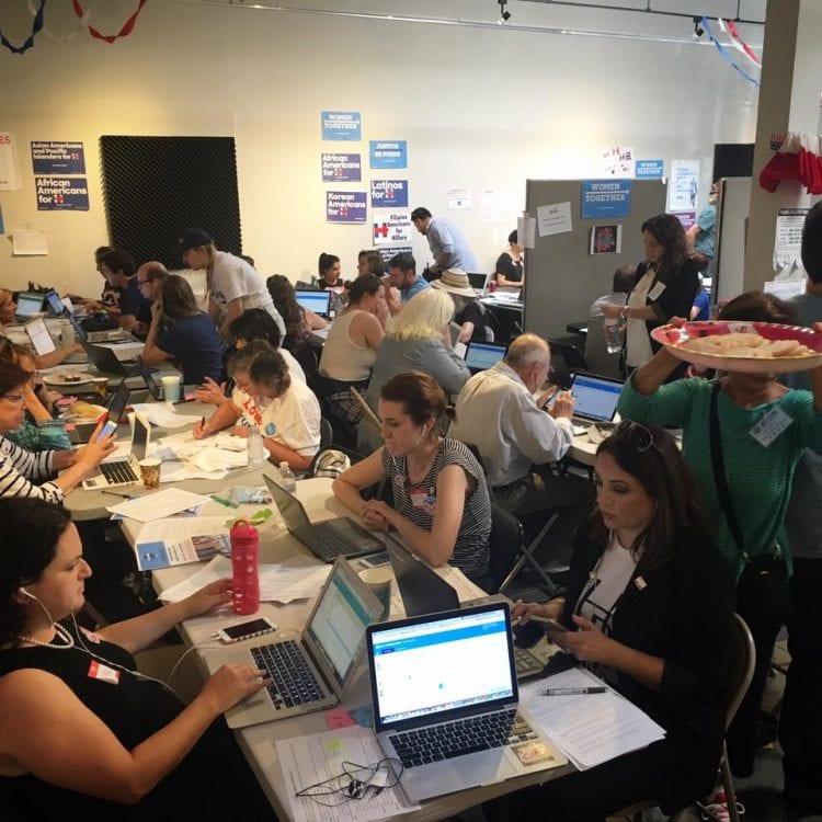 Vaalipäivänä sadat vapaaehtoiset kokoontuivat Hillary Clintonin kampanjatoimistoon Santa Monicaan ja soittivat puheluita ympäri maan saadakseen ihmiset äänestämään. Aherrus ei riittänyt.