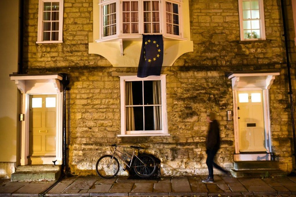 Hiljainen protesti Merton Streetillä. Brexitin vastustaja kiinnitti EU-lipun ikkunalaudalleen.