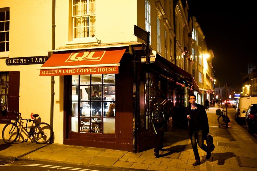 """Tässä kahvilassa Oxfordin keskustassa perustettiin 1990-luvun alussa yksi lukuisista yhdistyksistä, jotka ajoivat Britannian """"itsenäisyyttä""""."""