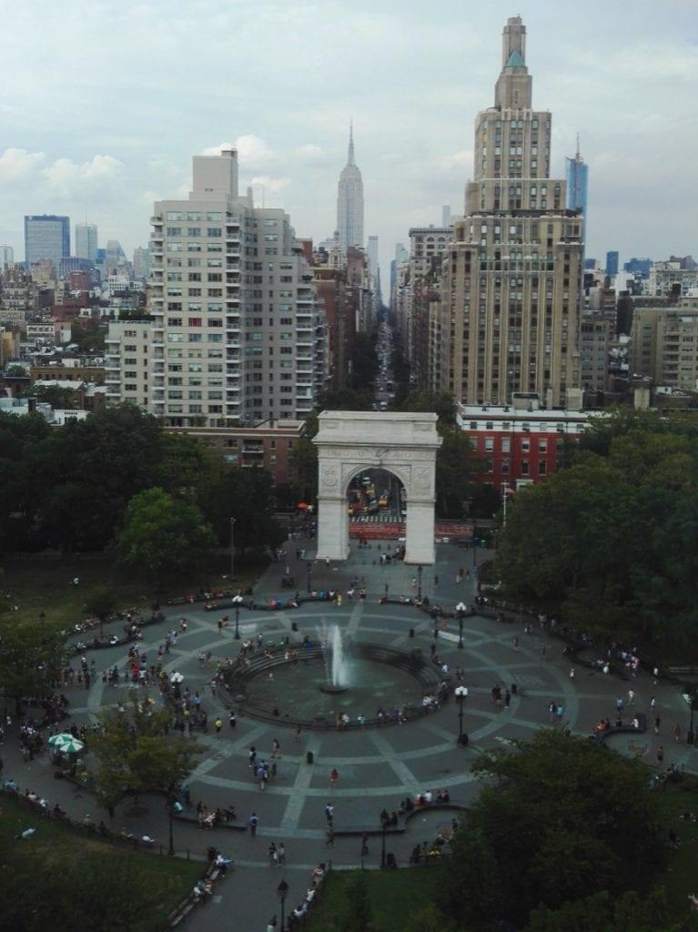 New Yorkin yliopisto sijaitsee ihan kaupungin ytimessä, Washington Square Parkin ympärillä. Välillä on vaikea keskittyä opetukseen, kun unohtuu tuijottamaan ikkunan takana odottavaa maisemaa. Kuva tosin on otettu vasta luennon jälkeen.
