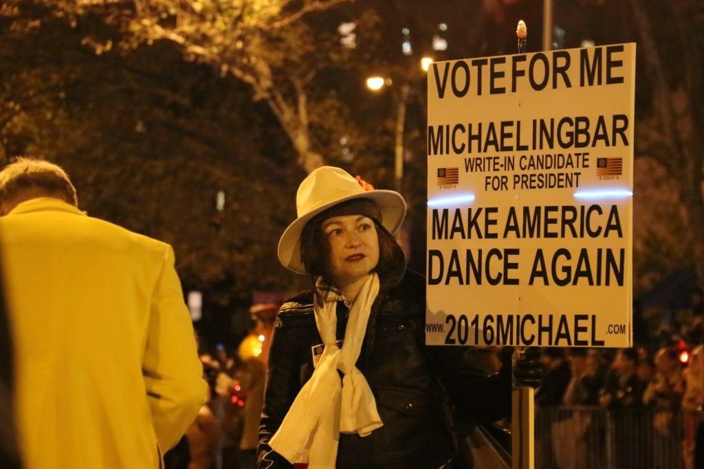 Presidenttiehdokkaiden sloganeista on tehty monenlaisia väännelmiä. Tämä ehdokas osallistui maanantaina Halloween-kulkueeseen New Yokissa.