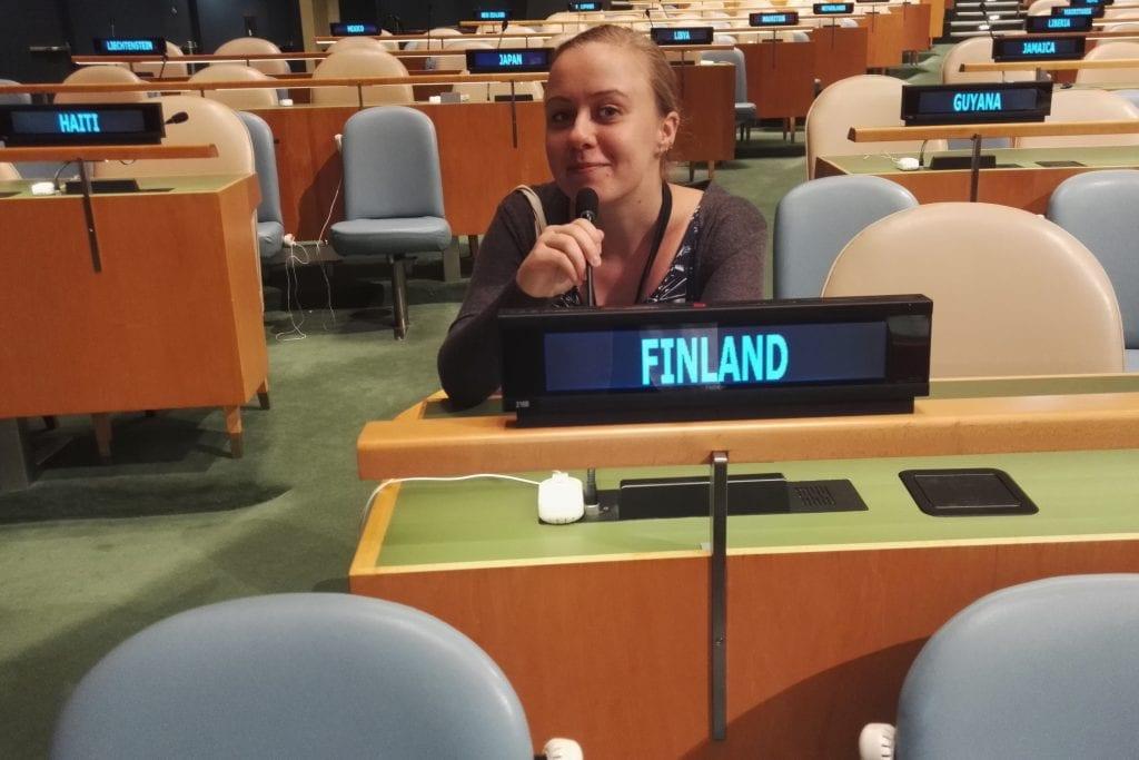 Suomen paikka YK:n yleiskokouksessa on Fidzin ja Francen välissä. Sieltä löytyy joskus myös opportunistiposeeraaja Asikainen.