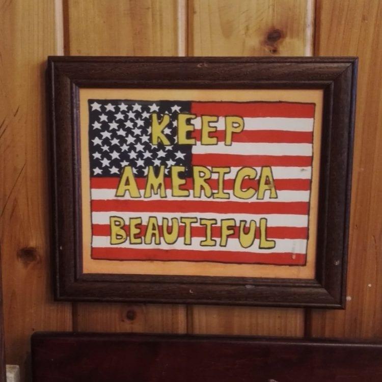 Pidetään Amerikka kauniina -taulu löytyi erään kahvilan seinältä East Villagesta. Kierrättämistä mainostetaan paljon, mutta alle 20 % nyciläisistä kierrättää talousjätteensä.