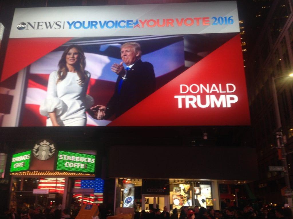 Donald ja Melania Trumpista on juuri tullut Yhdysvaltojen seuraava presidenttipari. Kuva Time Squarelta vaaliyönä.