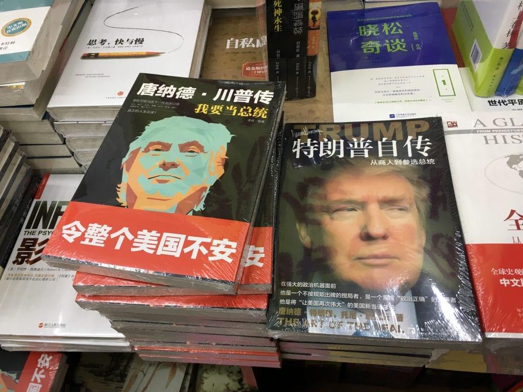 Kiinaksi käännetyt Trumpin elämänkerrat on nostettu esille heti oven viereen shanghailaisessa kirjakaupassa.