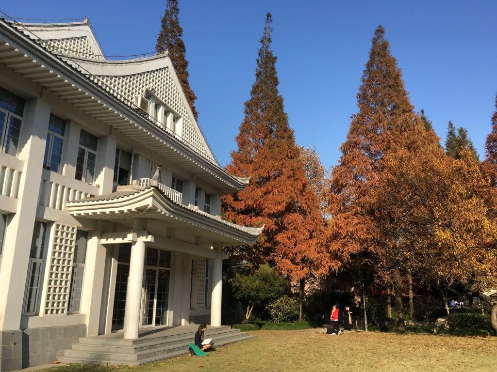 Osaan Fudanin yliopiston rakennuksista on otettu mallia perinteisestä kiinalaisesta arkkitehtuurista.