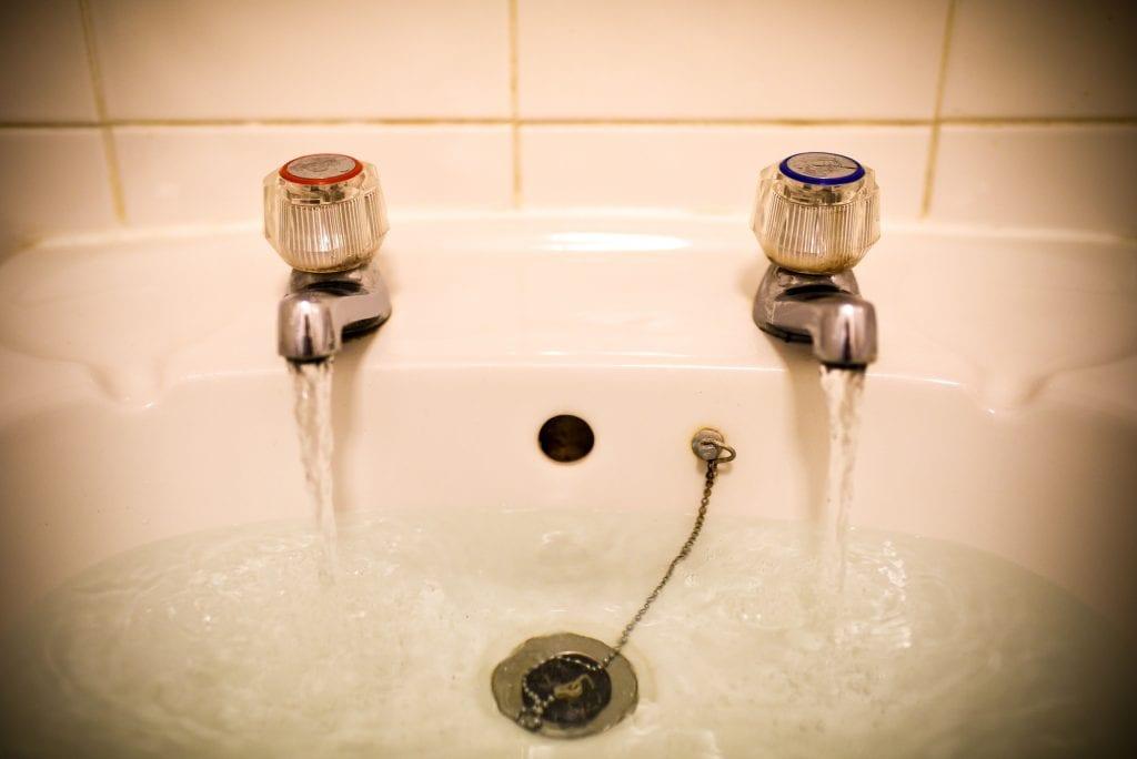 Kahden vesihanan pesuallas jaksaa kummastuttaa – syy erikoiseen järjestelmään löytyy brittitalojen ullakolta