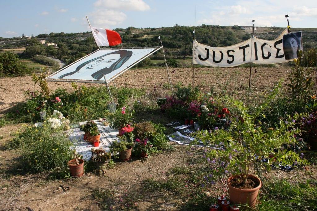 Toimittajan murha vie yhteiskunnan tienristeykseen – minkä tien Eurooppa valitsee?